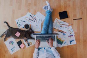 Modelo de trabajo híbrido: cómo evitar la división digital entre los empleados